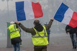 V Paříži hoří auta, v Brestu se dělají spíš táboráky u silnic. Blokují tu komunikace, říkají házenkářky