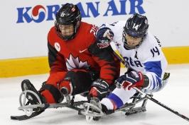 O zlato ve sledge hokeji si zahraje Kanada s USA, o postup se bojovalo i v curlingu