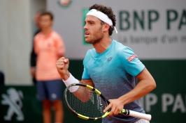 Cecchinato zaskočil Djokoviče po nekonečném tie-breaku, v semifinále je i Thiem
