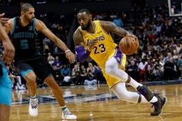 Dvojitý triple double. James s Ballem se zapsali do historie Lakers při výhře nad Hornets