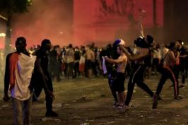 Odvrácená strana francouzských oslav: potyčky, rabování a stovky zatčených