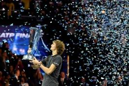 Po Federerovi zlomil i Djokoviče. Zverev se stal novým králem Turnaje mistrů